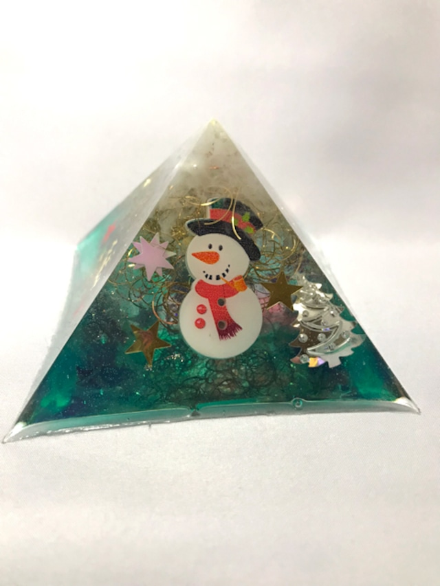 ピラミッド型オルゴナイト~X'mas【天然水晶】蓄光パウダー入りで光る♫