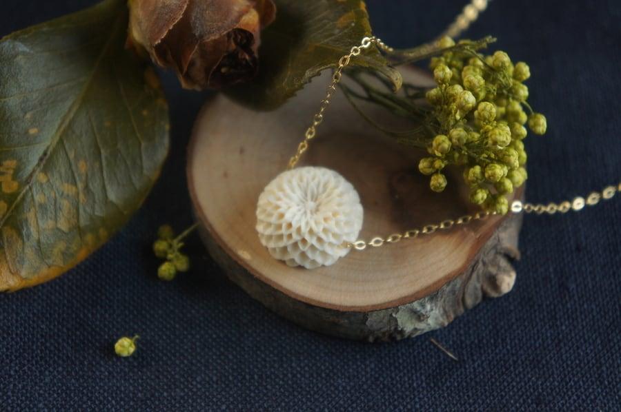 菊の花のシリーズ「薫」(花弁16列)ネックレス