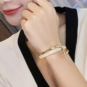 カーブが可愛い韓国ファッション♡ホワイトシェルバングル
