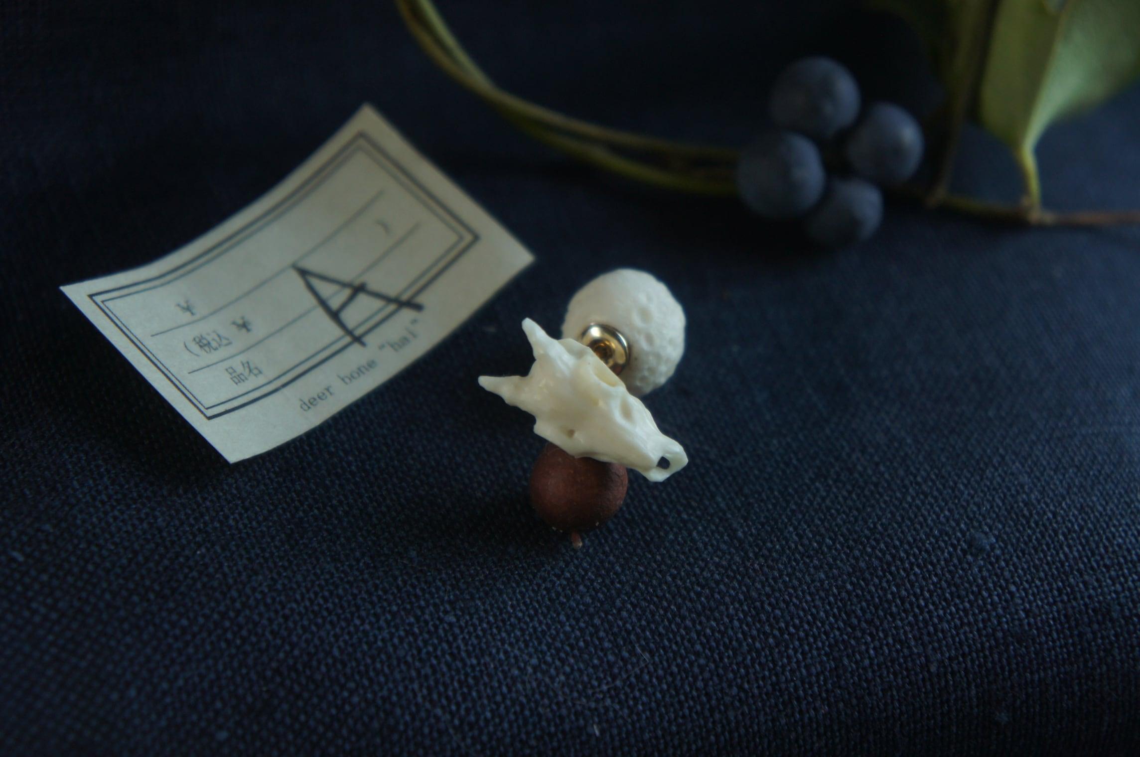 鹿角彫刻の小さい月「月齢・月の子」(鹿頭骨のピアスと月のキャッチ/イヤリング)