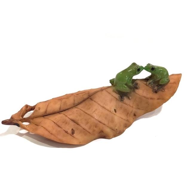 ミニチュアアニマル ed9730h かえる カエル木の葉でキス かわいい 置物 置き物 オブジェ ミニチュア 小さい ギフト
