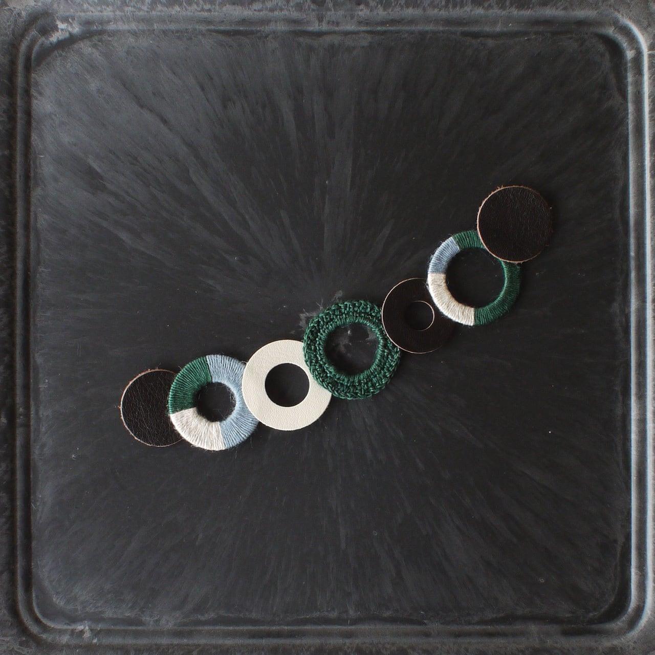 個性的な衿元に 麻のブローチ〈 NeckCircle 〉Green