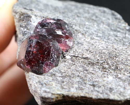 アラスカ産 アルマンディン ガーネット 柘榴石 石墨片岩 180,6g  原石 GN048 鉱物 標本 原石 天然石