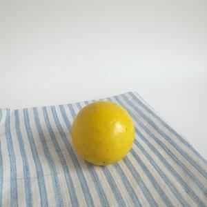 黄色い木製ボール