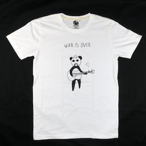 ジョンレノンに扮したパンダがギターを弾きながら歌う「WAR IS OVER」Tシャツ