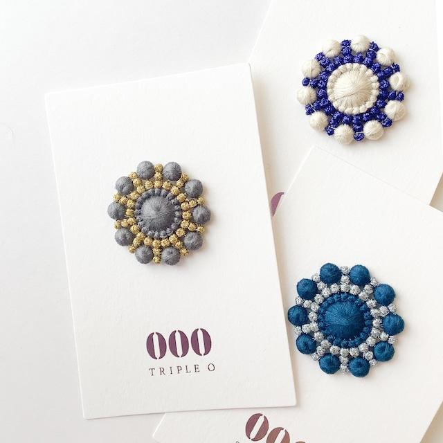 000 トリプル・オゥ - ペブルハナビ ブローチ - ホワイト / グレー / ブルー