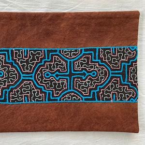 刺繍カフェマット 20x38cm 赤茶染めにブルー刺繍 シピボ族の手刺繍 天然染めプレイスマットティーマット インテリア