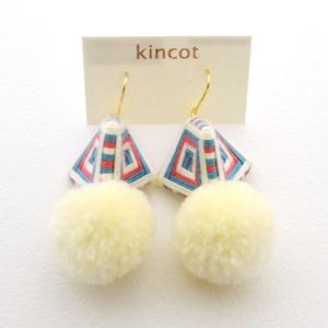 kincot 糸巻きポンポンピアス(オフホワイト×ブルー×ピンク)