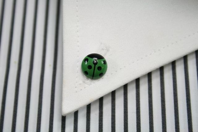 てんとう虫(グリーン)の漆塗りのボタンダウンピアス。 1点1点石川県の山中塗りの職人が白蝶貝に漆で手描きで作っています。