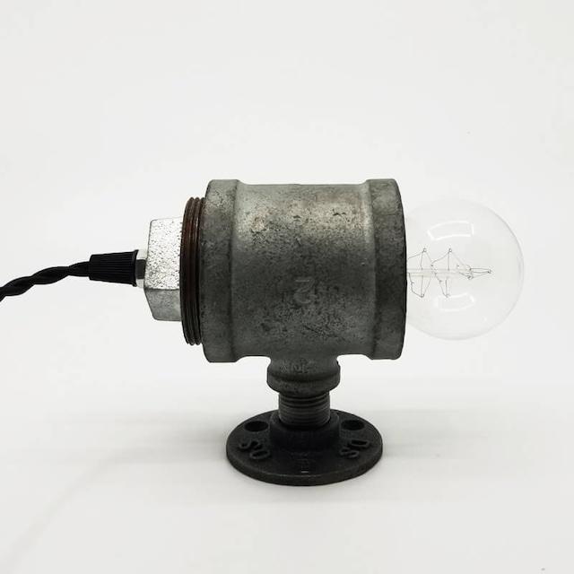 鉄管を使用したテーブルランプ