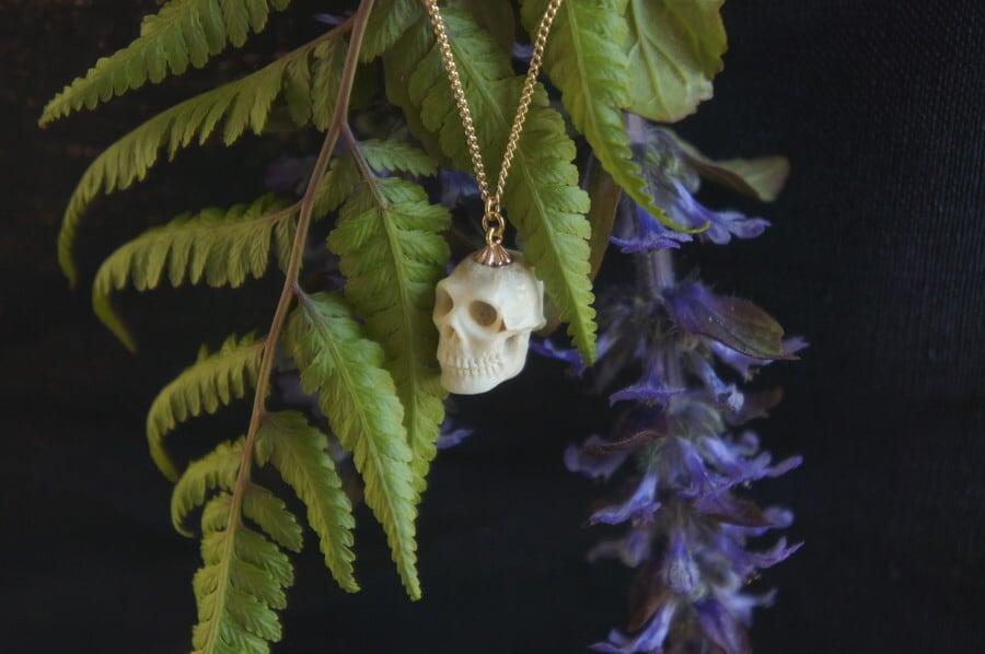 鹿角製小さい頭蓋骨「朝と夕べのメメント・モリ」ネックレス