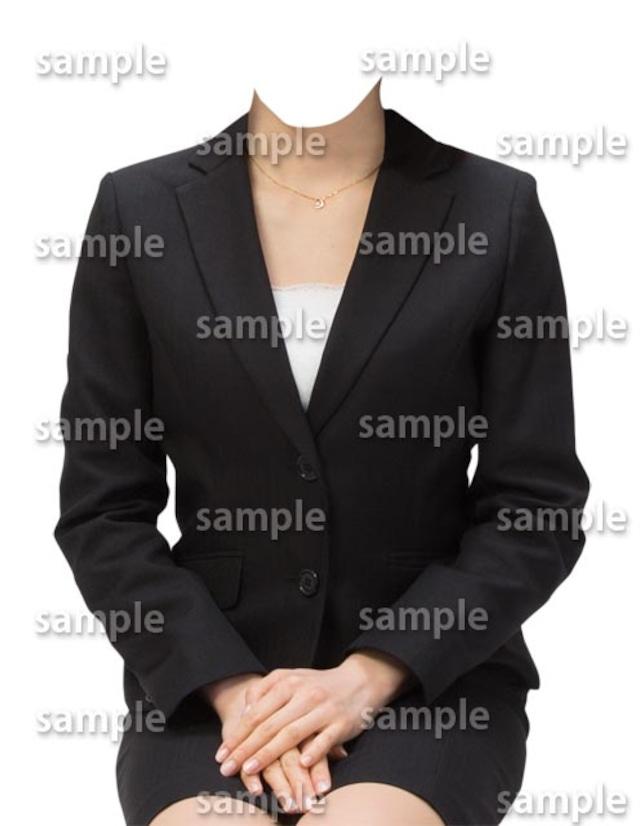 女性ビジネス黒スーツ正面