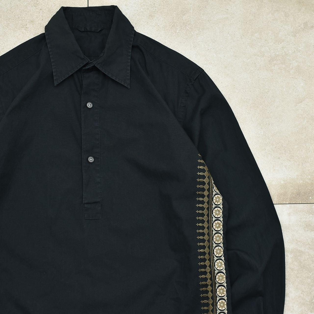Embroidery side design black P/O shirt