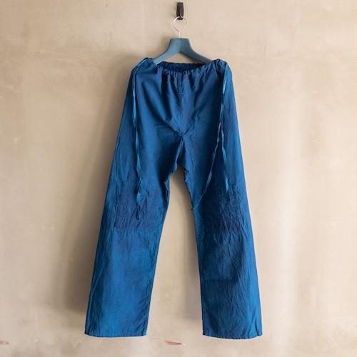 青いコットンパンツ
