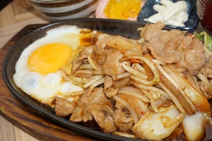 【とり安食堂】豚キムチ弁当 味噌汁・お漬物付