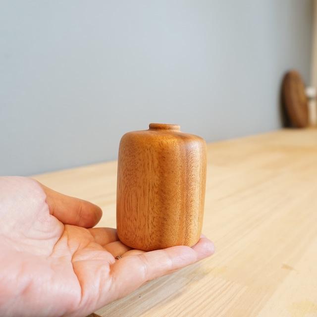 コロンとしたフォルムがかわいい木製ベース。ウッドベース トロン