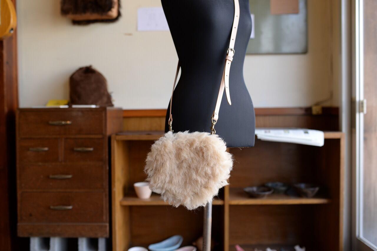 美唄のアスパラ羊の革を使った、ファーの付いたショルダーポーチ