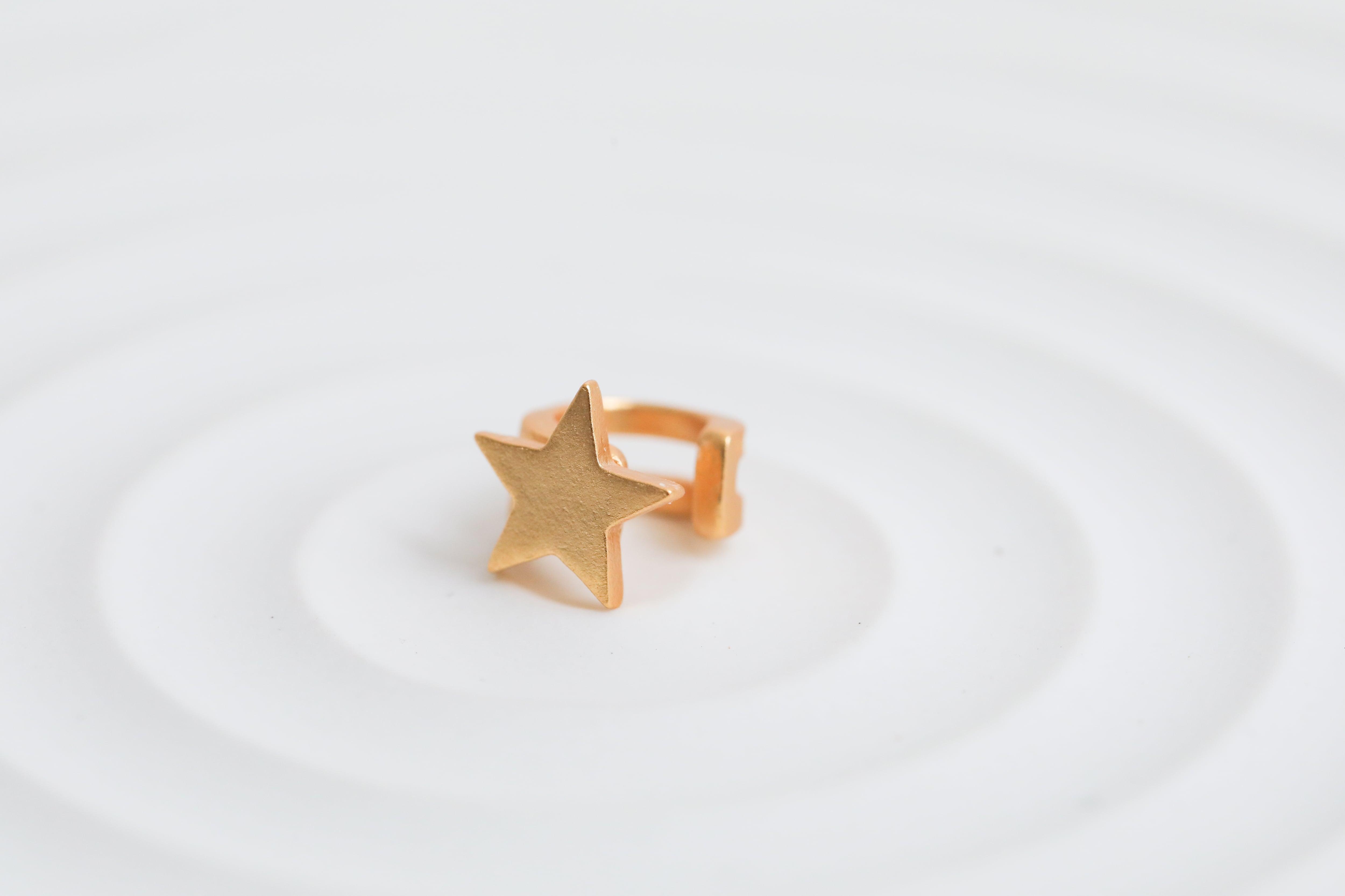マットな星のイヤーカフ