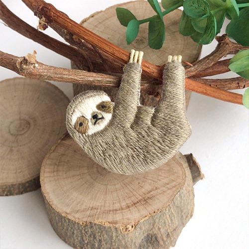 LOUPE / 【受注制作】のんびり屋さんのナマケモノ手刺繍ブローチ