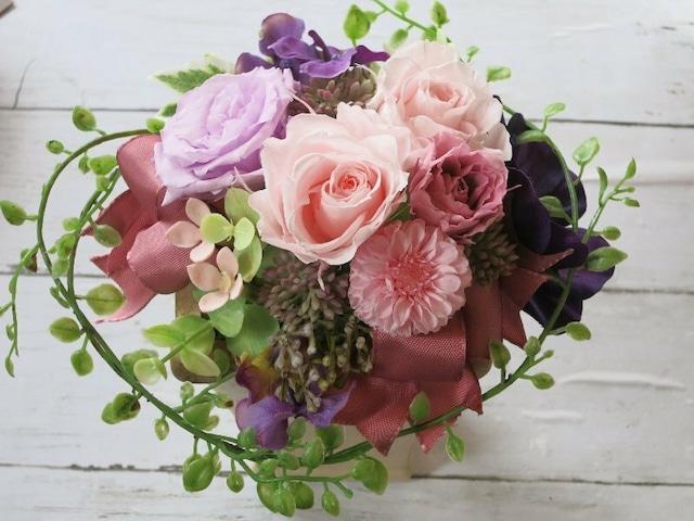 女子力アップ!上品ピンクと紫のバラのアレンジ