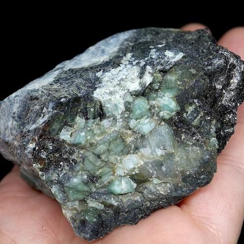 エメラルド 原石 標本 鉱物 142,6g ED060 ベリル 緑柱石 パワーストーン 天然石