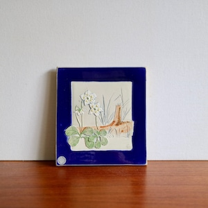 Jie Gantofta ジィ・ガントフタ / 陶板  木と白い花 コバルトブルー