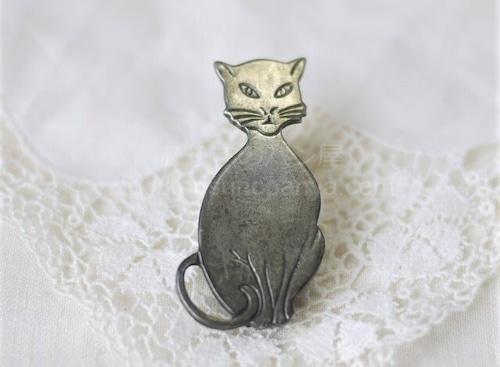 ニヒルな猫のブローチ フランス ヴィンテージ 難あり