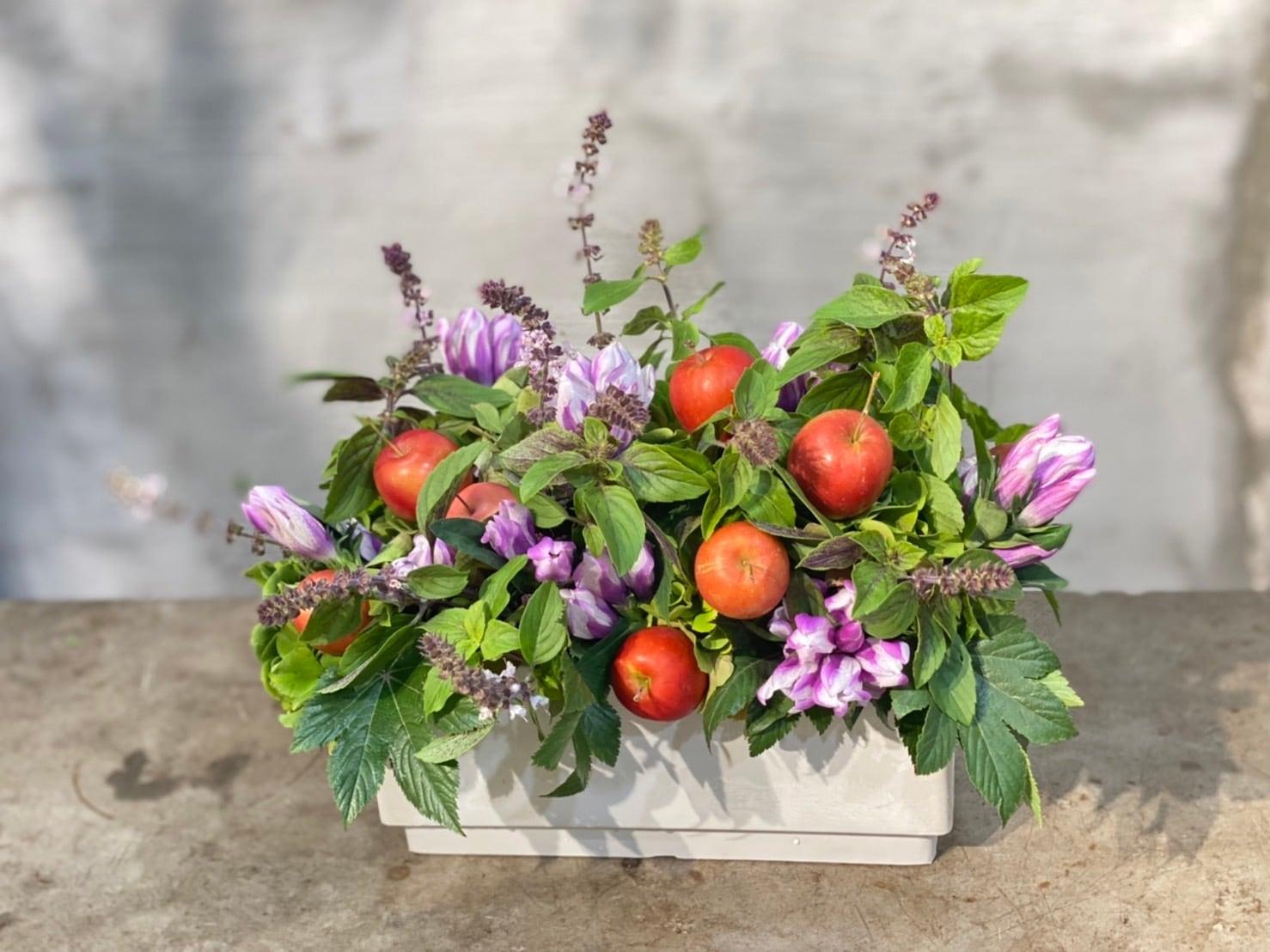 おまかせ 紫陽花と赤リンゴのアレンジメント