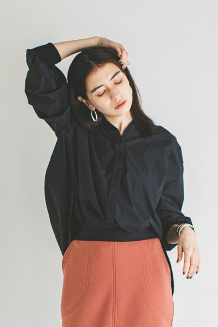 バックプリーツシャツ < ブラック >
