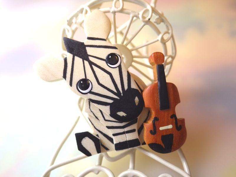 しまうまとバイオリン 木製ブローチ