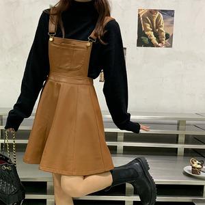 レザーサロペットスカート&ブラックセーターコーデ