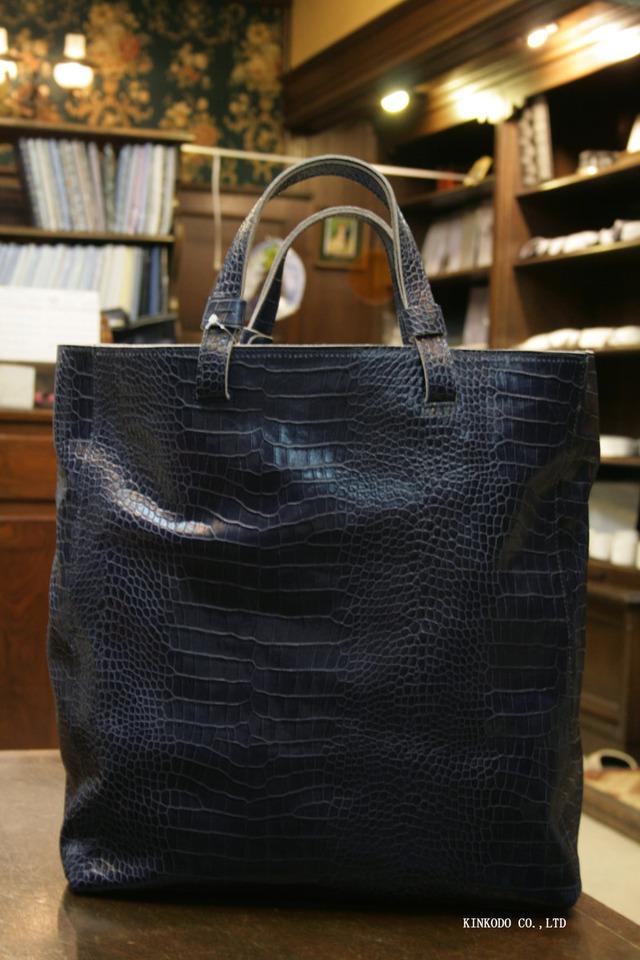 ネイビーのクロコ型押しのトートバッグ IO PELLE(イオペロ) 革製 イタリー製