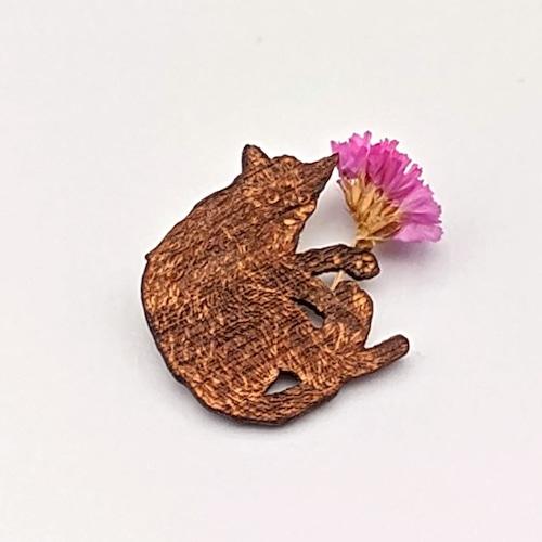 花摘みくろ猫ブローチ