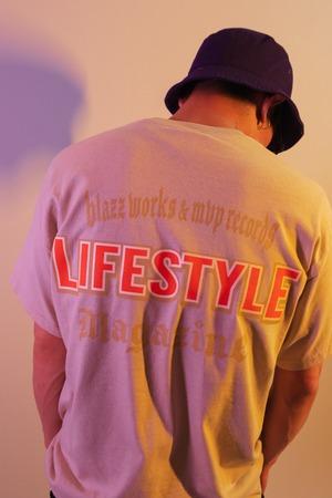 LIFESTYLE MGZN CREW TEE [SAND]