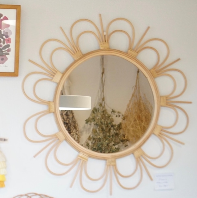 丸いラタンの組み方がおしゃれな、明るいミラー。 rotta rattan mirror fleur L