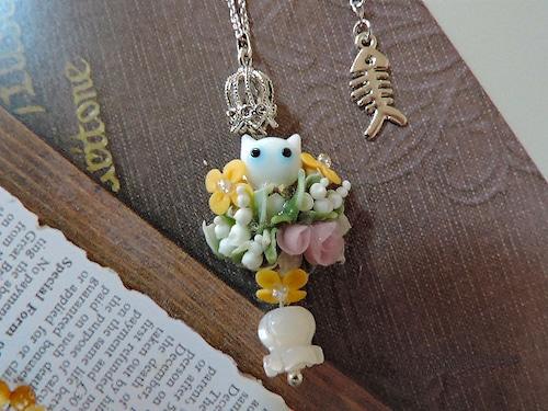 白猫とスズランのネックレス