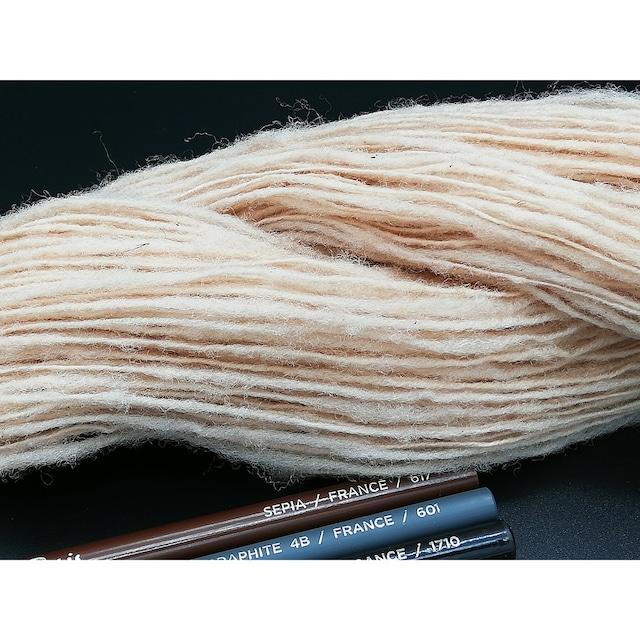 Rueca 紡ぎ糸 サフォーク100% の紡ぎ糸 草木染め/ビワの葉/ピンクベージュ 単糸/紡毛糸/S撚り No.11 重さ:28g 長さ:117m