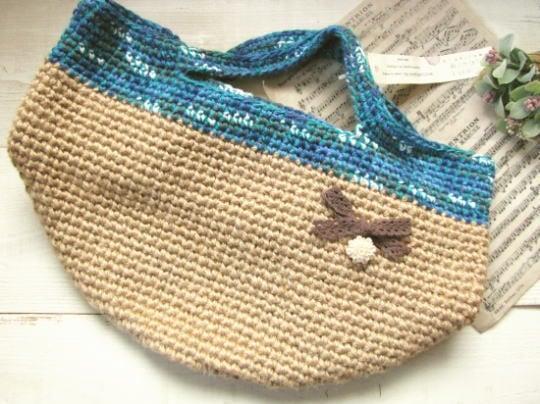 麻の丸底バッグ*手編み ブルー・リボンとカボション/sakura