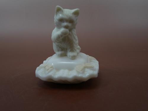 AVON エイボン クッションに乗ったネコの香水瓶 空き瓶