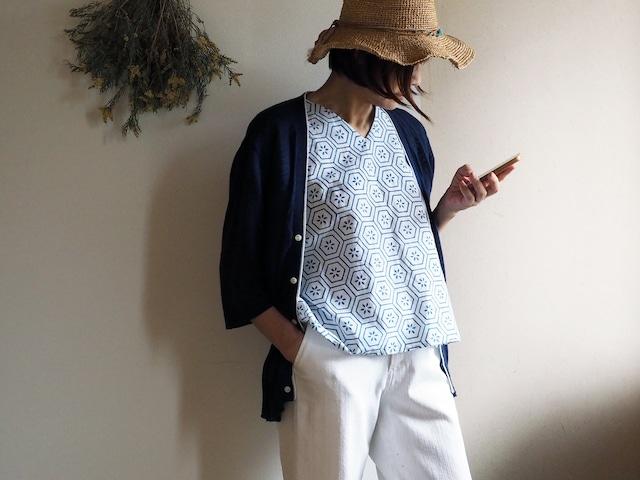 涼しい! 白地にブルー 亀甲にお花模様のVネックフレンチ袖トップス レギュラーシルエット-未仕立ての浴衣から