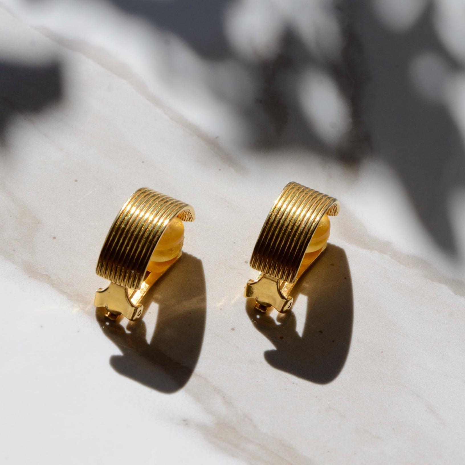 《Dior/ディオール》のシンプルなゴールドイヤリング