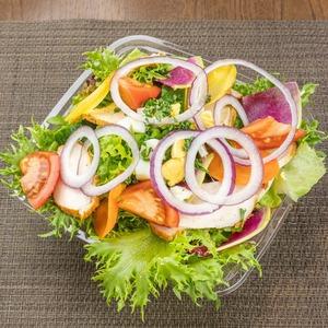 チキンケバブと10種類の野菜のミモザサラダ Chicken kebab with mimosa salad including 10 different vegetables