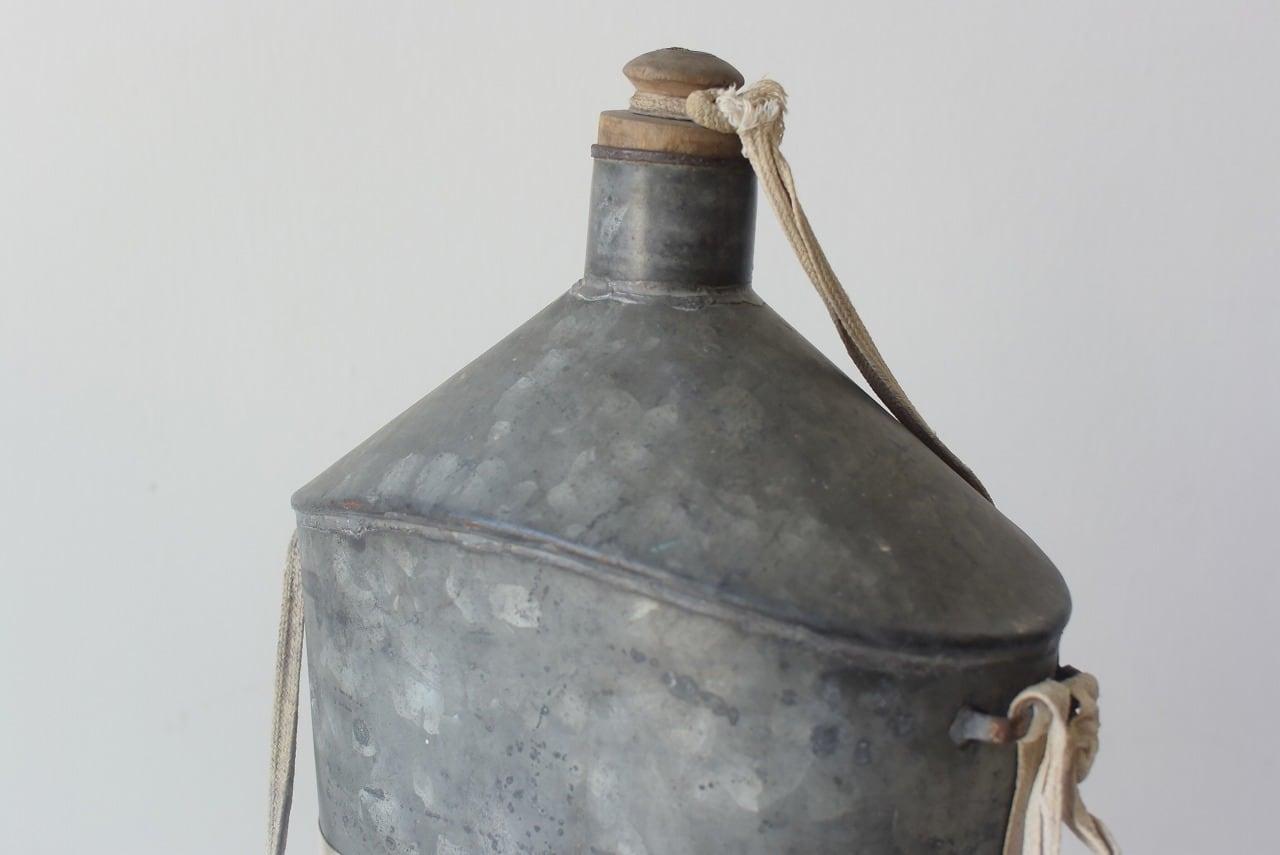 木栓付きの大きめブリキ水筒