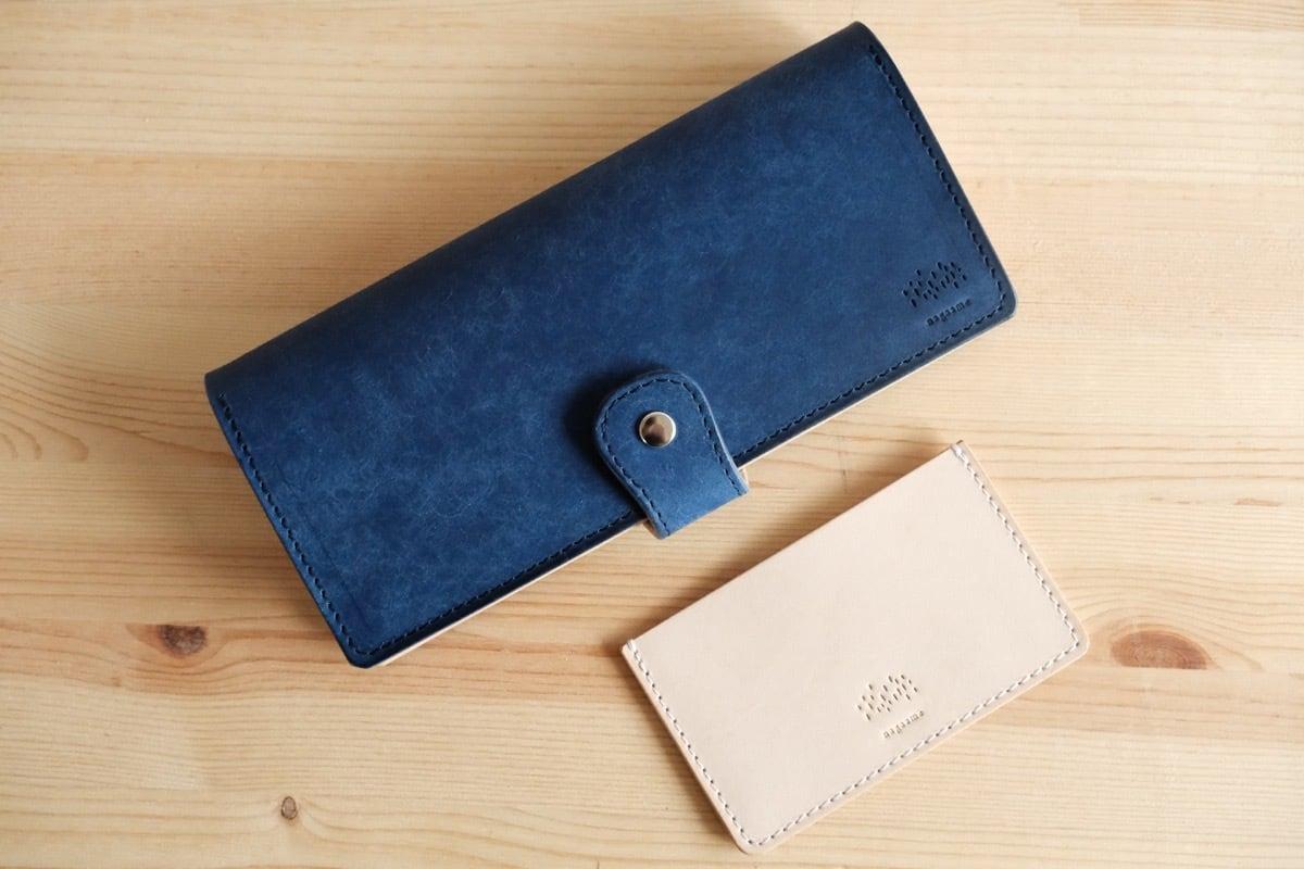 深い青の牛ヌメ革を使った、長財布と薄い名刺入れのセット