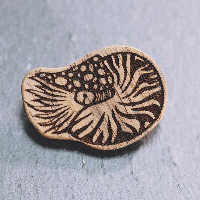 オウムガイ 木製ブローチ〈樹種:ウォルナット〉