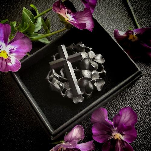 十字架とパンジーのモーニングブローチ
