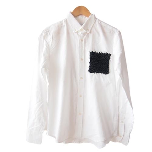 <ブラック>ユニーク×伝統工芸 クモ絞り(有松絞り)生地を使用したオックスフォードメンズシャツ by ツムギラボ