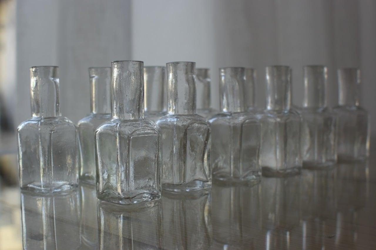 隅切りデザインが美しいガラスの小瓶12個セット