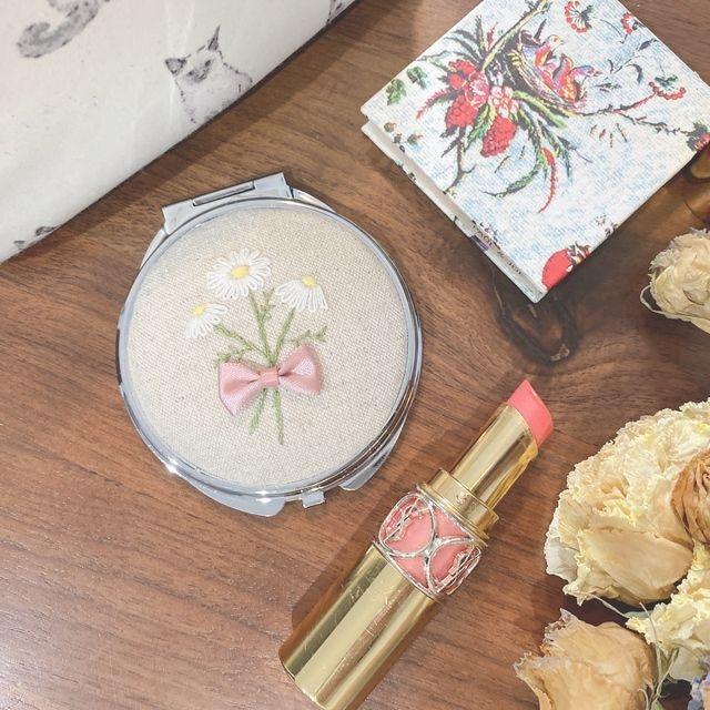 マーガレット刺繍のコンパクトミラー