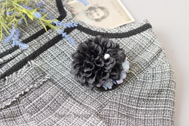 黒いダリアとの水色のお花のコサージュ 入学式 卒業式 卒園式 懇親会 結婚式 フォーマル